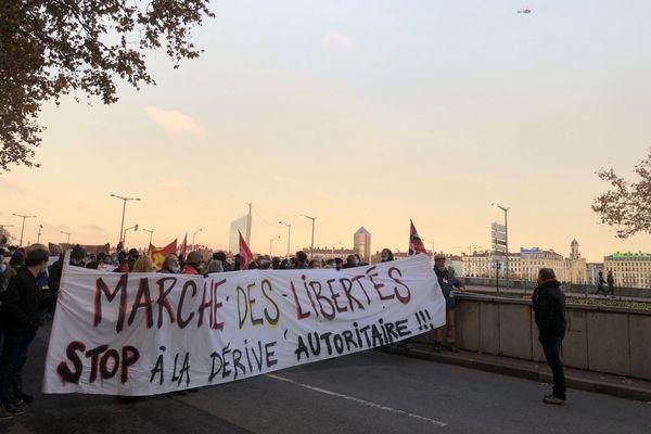 Des milliers de personnes manifestent à Lyon contre la loi de Sécurité Globale, samedi 5 décembre, de la place du maréchal Lyautey jusqu'à la place Bellecour.