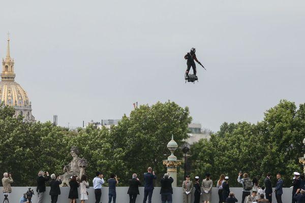 Franky Zapata au-dessus des Champs Elysées défile devant Emmanuel Macron pour le 14 juillet.