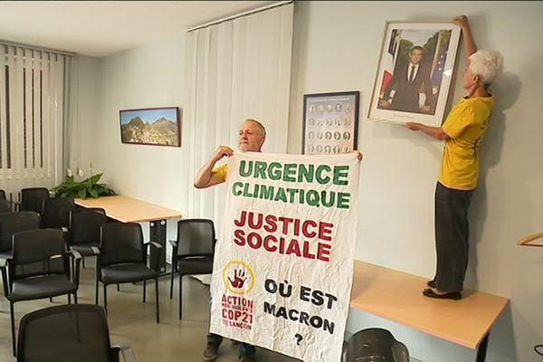ANV Cop 21 décroche le portrait du président Macron à la mairie de Roche-lez-Beaupré