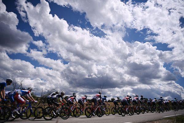 Le peloton lors de la 12e étape du Tour de France, entre Saint-Paul-Trois-Chateaux et Nimes, le 8 juillet 2021.