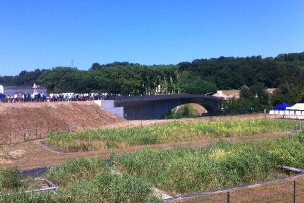 Au loin, le pont d'Izeron