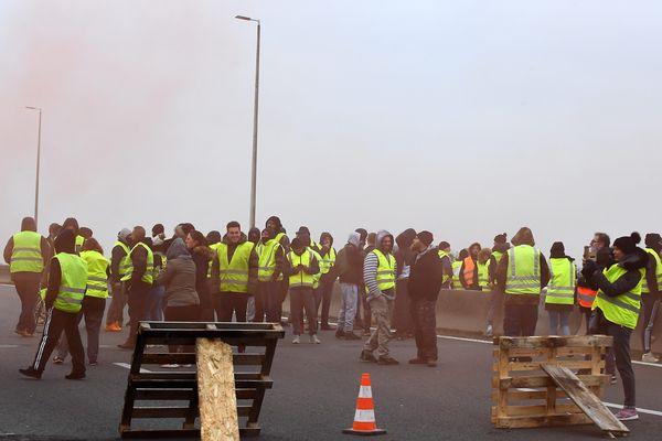 Barrage des gilets jaunes le 20 novembre sur l'A16 au niveau de l'échangeur 43 Calais.
