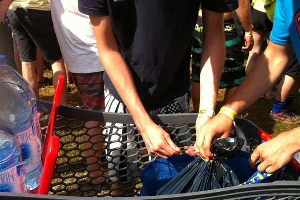 Prendre un caddy et remplir des sacs poubelles d'eau ... Utiles pour se laver sans faire la queue