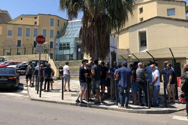 18/06/2018 - Les pêcheurs ont dénoncé des tensions avec le directeur adjoint devant le siège de la DDTM à Bastia.
