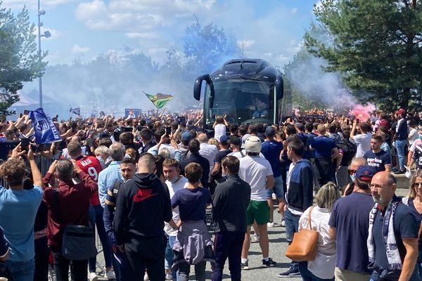 Le bus des Girondins arrive au Stade Matmut par la fan-zone où patientent les supporters.