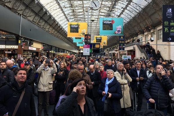 A la Gare de l'Est, les usagers sont dans l'attente d'informations