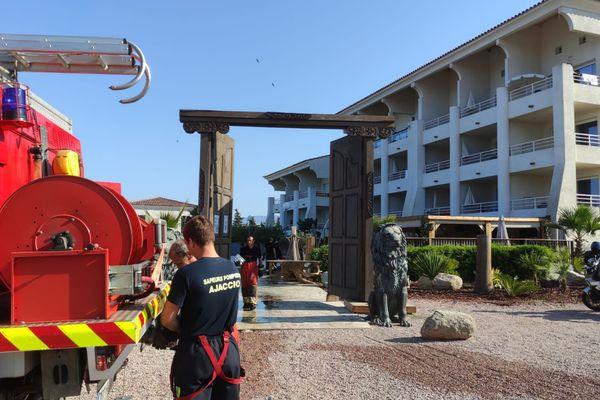 La terrasse de l'hôtel a été incendiée aux petites heures du matin.