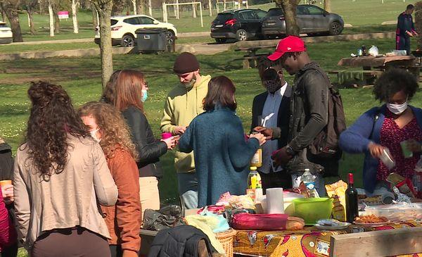 Mallé Tounkara, menacé d'expulsion, partage un repas avec ses amis