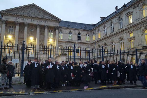 Rassemblement d'avocats opposés à la réforme des retraites, ce vendredi 10 janvier devant le palais de justice d'Amiens.