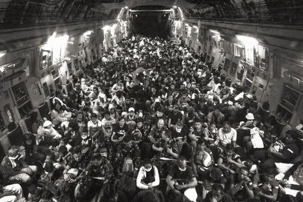 Un avion américain transporte des centaines de sinistrés vers Manille 6 jours après le typhon Haiyan en novembre 2013