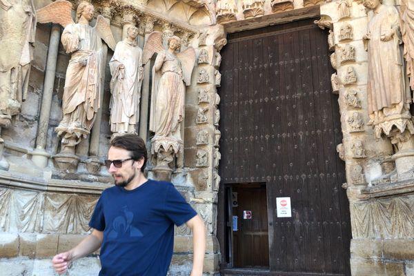 Lorànt Deutsch sort en courant de la cathédrale de Reims qu'il est venu visiter pour sa chaîne Youtube
