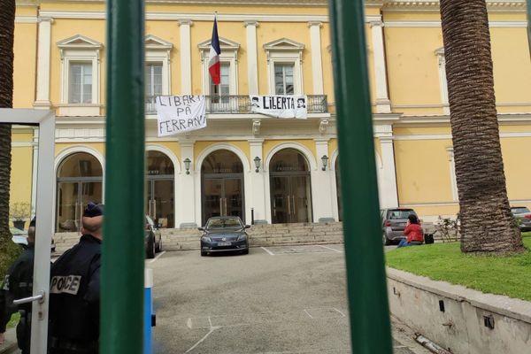 Les individus ont déployé deux banderoles faisant référence à Alain Ferrandi et Pierre Alessandri