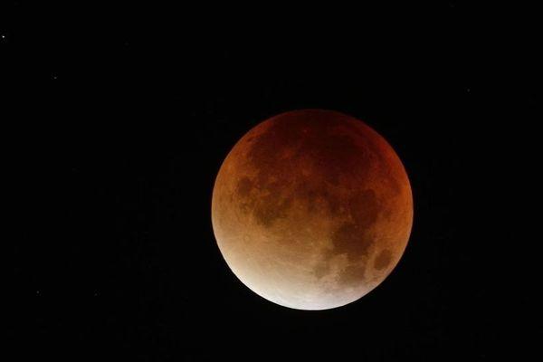 Une éclipse de «super-Lune» vue depuis Nantes, en septembre 2015.
