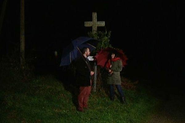 Rendez-vous en pleine nuit au pied d'une croix... Pourquoi ? Est-ce bien sûr...?