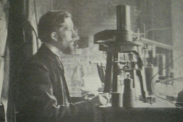 Pierre Curie devant la balance à quartz piézoélectrique qu'il a inventée