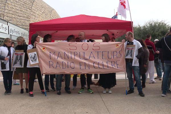 Une cinquantaine de manipulateurs en radiologie ont organisé un café militant devant le parvis de l'hôpital Pasteur à Nice.