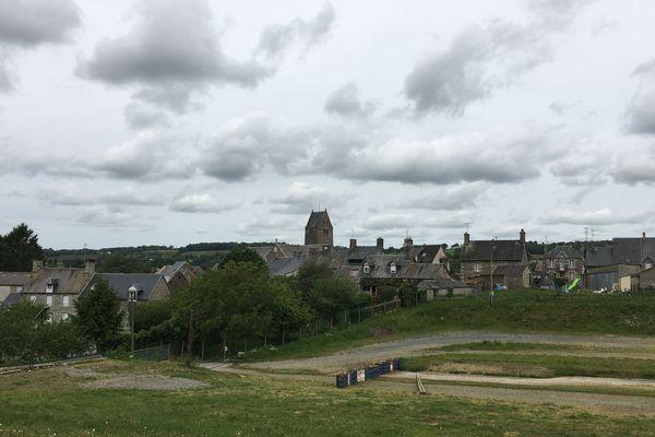Les trois scènes du festival s'installent normalement à proximité du bourg de Saint-Laurent de Cuves, en contre-bas d'un pré. Leur emplacement reste désespérément vacant.