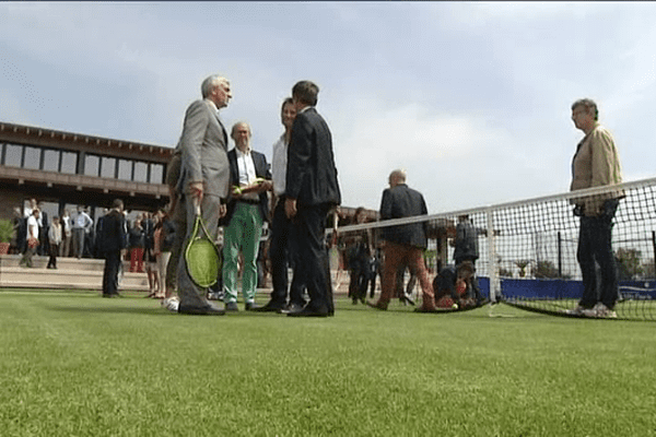 Hervé Morin, raquette en main, pour l'inauguration du Lawn Tennis Club Deauville Normandie