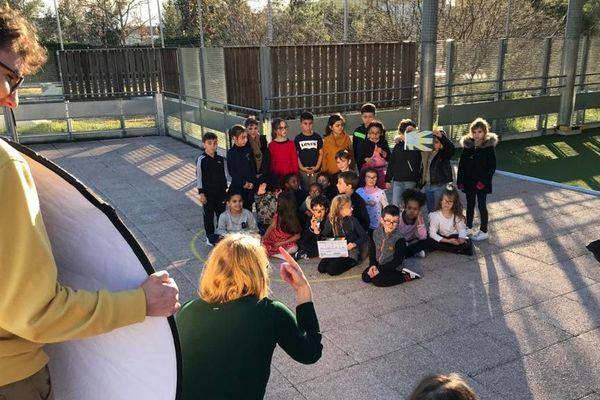 """Pendant une semaine, les élèves de CP et CE1 de cette école inclusive montpelliéraine ont tourné leur court-métrage intitulé """"Les Codes de la Vie"""" - 10/01/2020"""