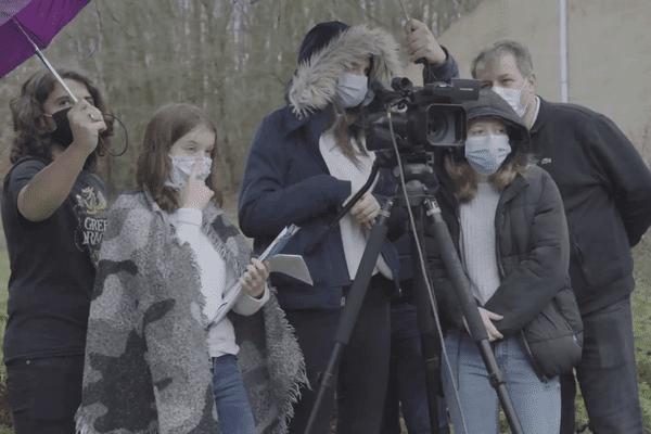 Les élèves en terminale au lycée Rémi Belleau en plein tournage extérieur.