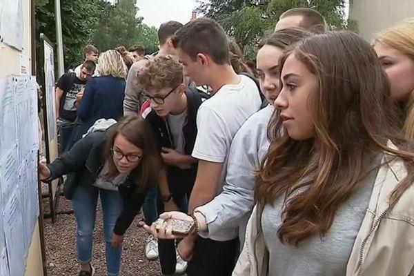 Les élèves de Terminale devant les tableaux de résultats du Baccalauréat 2018