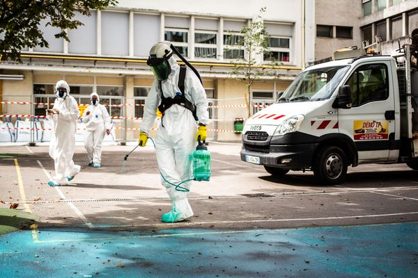 Le nettoyage à ultra-pression a débuté ce mardi autour de la cathédrale Notre-Dame de Paris.