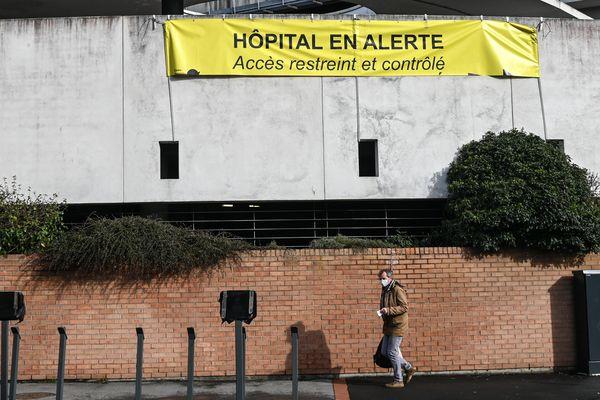 Sur la façade de l'hôpital de Dunkerque, une banderole a été installée pour témoigner de la situation à l'intérieur de l'établissement.