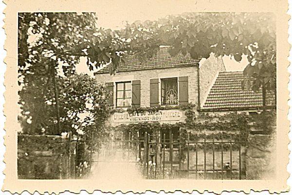 """La façade du """"Café du Jardin"""", dans les années 50."""