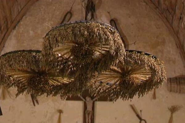 L'église se pare chaque année de 5.000 bouquets de lin, d'avoine ou de blé...