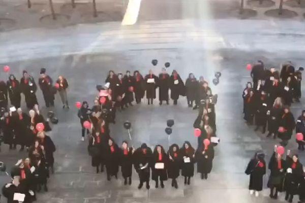 Les avocats du barreau de Besançon ont tourné un clip pour dire non à la réforme des retraites.
