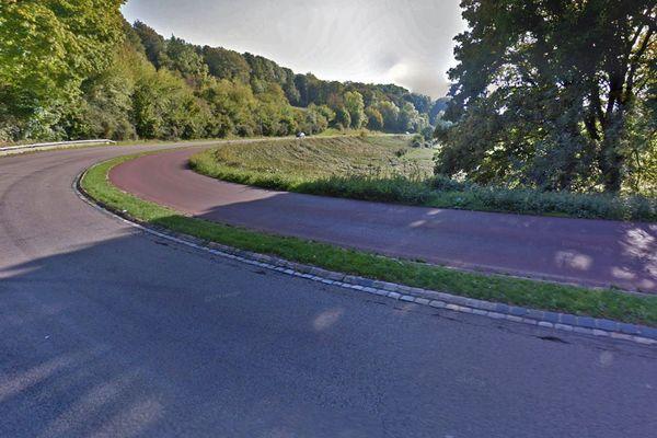 L'allée du Fond du Val en direction de Rouen avec, à droite, la voie réservée aux bus