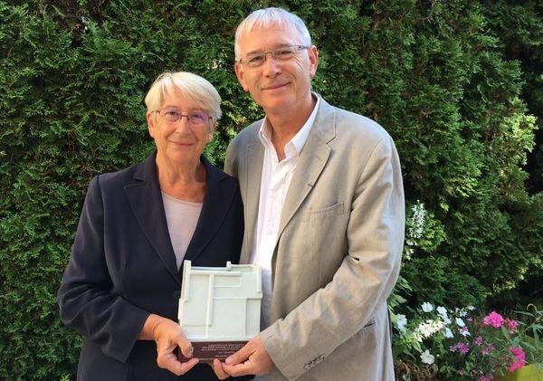 Martine et Jean-Marc Therouanne tout contents. Au milieu, leur joli trophée venu de Corée.