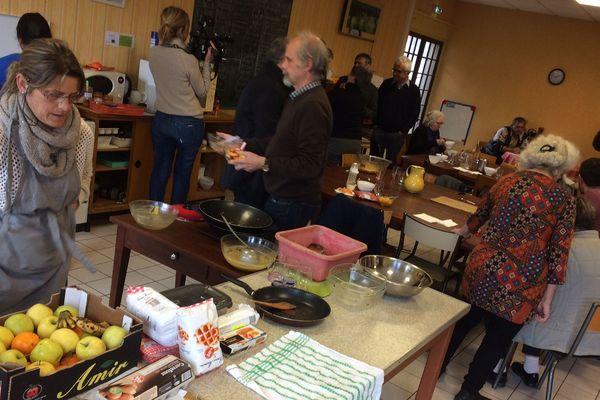 Les migrants et les associations ont partagé leur dernier repas solidaire, vendredi 30 mars, à Issoire dans le Puy-de-Dôme. Le local n'est plus mis à leur disposition à partir du 31 mars.