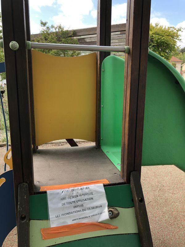 Symbole de cette déprime : l'aire de jeu, installée le long du Loquet est toujours interdite d'utilisation.