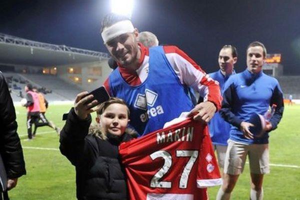 Après avoir lancé un appel sur les réseaux sociaux, Nîmes Olympique a retrouvé Matéo pour lui offrir le maillot d'Anthony Marin.