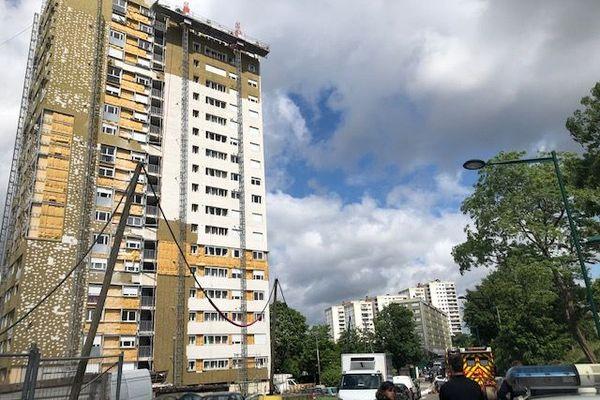 L'immeuble rue Hector Berlioz, à Epinay-sur-Seine (Seine-Saint-Denis) où la nacelle s'est effondrée du 18e étage.
