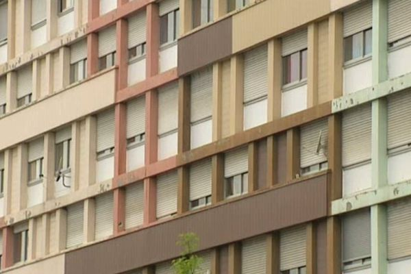 Logements en nombre insuffisant, loyers inaccessibles : Les freins au logement sont multiples. Pour une personne seule, le délai d'attente pour obtenir un appartement en HLM est de deux ans.