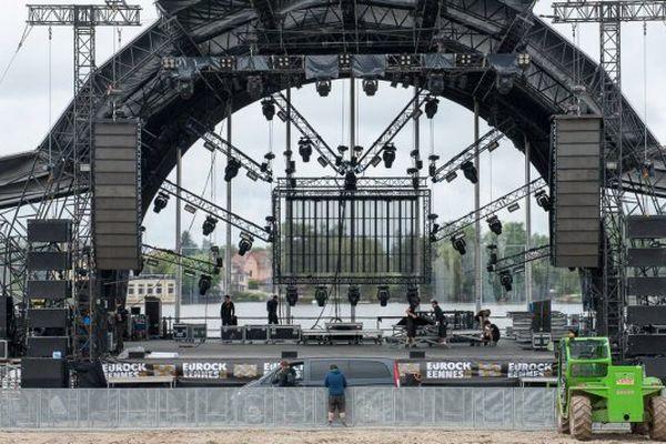 L'installation de la grande scène pour l'édition 2013 des Eurockéennes.