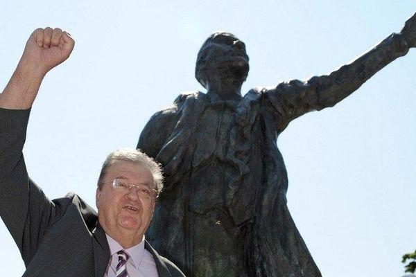 Georges Frêche devant la statue de Lénine à Montpellier en 2010