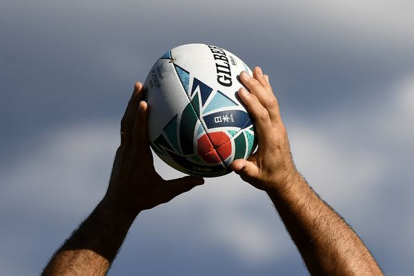 Un rugbyman tenant un ballon. Photo d'illustration Franck FIFE / AFP