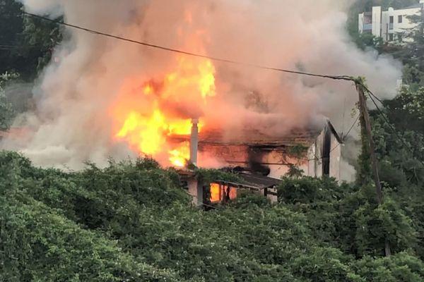 La maison a été totalement détruite par les flammes