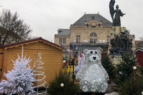 Place Aristide Briand, c'est l'effervescence avant l'ouverture du marché de Noël.