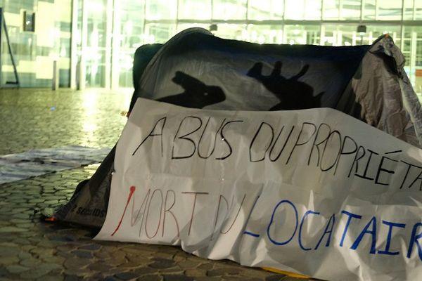 Les étudiants du SCUM ont installé des tentes devant l'hôtel de ville pour interpeller la municipalité.