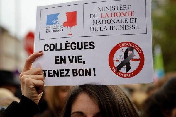 Plusieurs milliers de personnes se sont rassemblés devant les locaux de l'Éducation nationale à Bobigny (Seine-Saint-Denis) en mémoire de la directrice d'école qui s'est suicidée à Pantin.