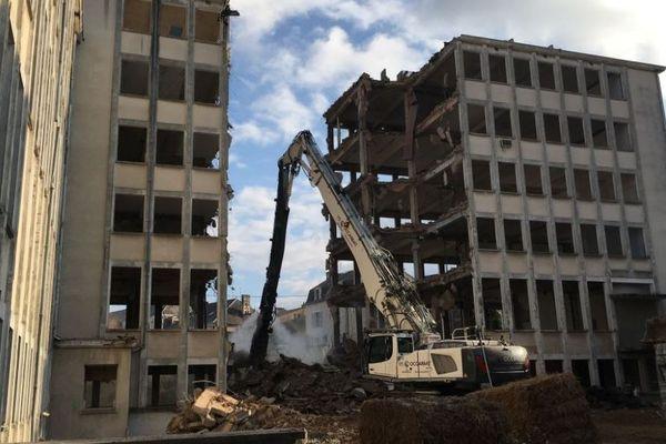 A Poitiers, la démolition de l'ancienne faculté de médecine vient de commencer.