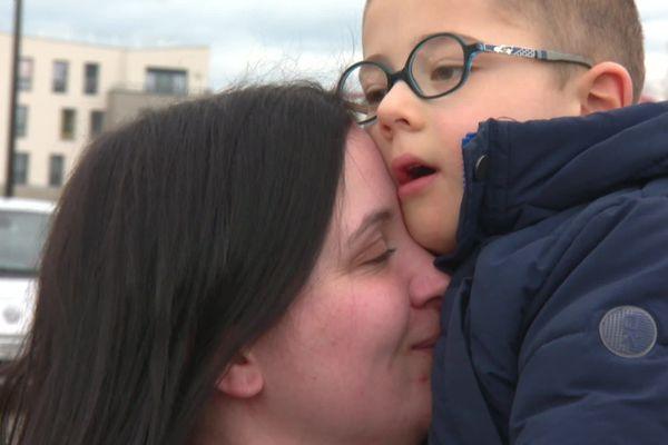 """""""Ça a été un changement brutal dans notre vie. On savait qu'il y avait quelque chose mais on ne s'attendait pas à ce genre de maladie."""" Jessica apprend aux 2 ans de Thomas, que son fils est atteint d'""""une maladie rare et dégénérative."""