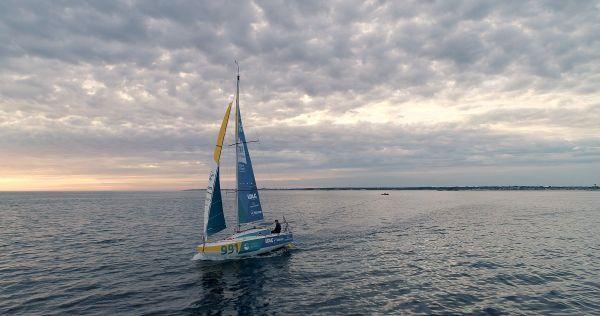 Le navigateur francilien à la barre de son voilier de 6 mètres 50