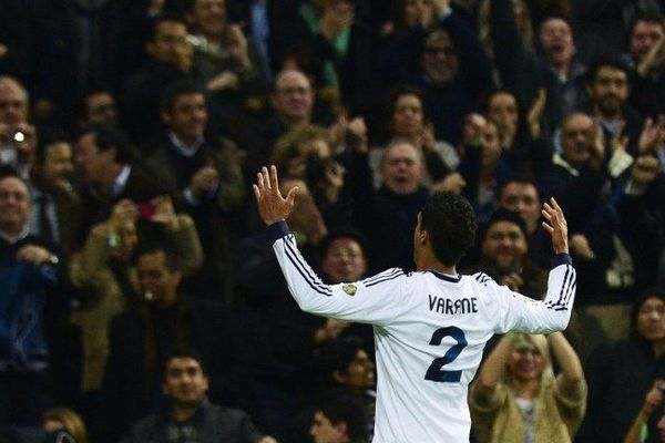 Raphaël Varane célèbre son but face au FC Barcelone