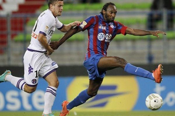 Jérémy Sorbon (ici à la lutte avec le Toulousain Tabanou lors d'une rencontre de Coupe de la Ligue en 2012) ne portera plus le maillot rouge et bleu des pensionnaire du stade Michel-d'Ornano.