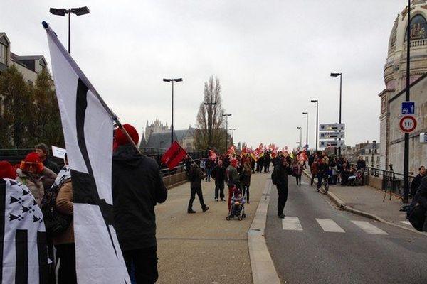 Manifestations sur le pont LU à l'occasion de la venue à Nantes du Premier ministre Manuel Valls pour l'ouverture des Assises de la mer